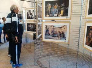 Turisti ammirano le foto esposte in mostra