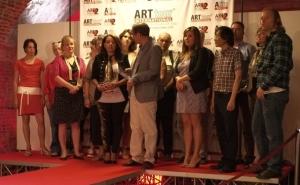 Viviana Puello con gli artisti premiati