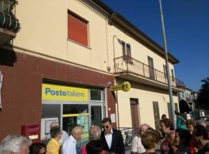 Il sindaco Bizzarri con i cittadini davanti alle Poste
