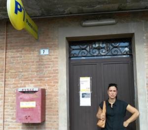 Il sindaco Cavicchi davanti alle Poste chiuse