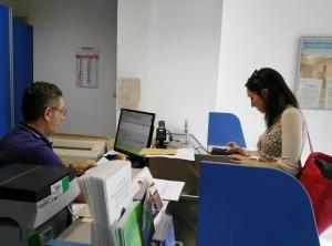 La vicesindaco Serena Poltonieri mentre paga una bolletta ieri all'ufficio postale di Masi San Giacomo
