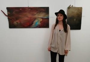 Rita Minelli davanti a due sue opere esposte a Idearte Gallery