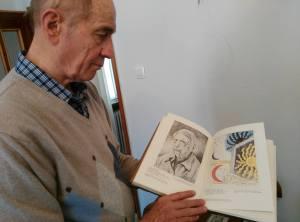 Alberto Dolcetti con un catalogo su de Chirico