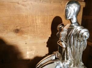una delle due sculture in mostra