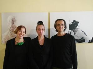Giovanna Ricotta (al centro), con i galleristi Maria Livia Brunelli e Silvia Grandi
