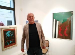 Giuseppe Falivene davanti a due delle opere in mostra