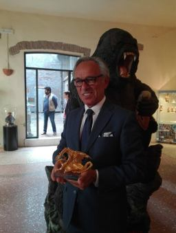 """Maurizio Penna con il """"Dragone d'oro"""" da lui disegnato (foto di Beniamino Marino)"""