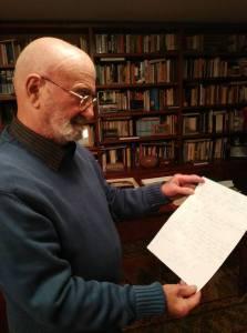 Aisembeg mentre ci mostra la lettera che Piazzolla gli scrisse nell'85