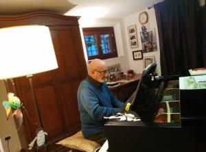 Aisemberg al piano nella sua casa (2)