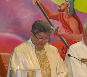 Mons. Bentivoglio durante la messa in carcere per il suo 50° - Copia