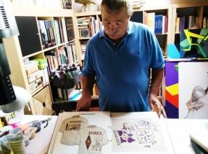 Lorenzo Montanari mentre mostra alcune sue creazioni