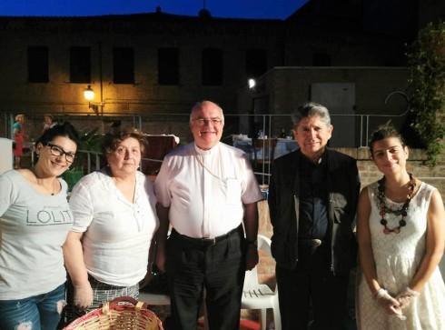 Mons. Perego, Mons. Antonio Bentivoglio e alcune volontarie