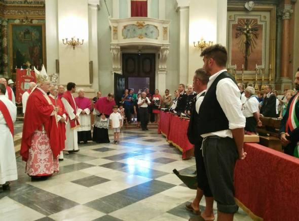 Mons. Perego prima della benedizione dell'imbarcazione