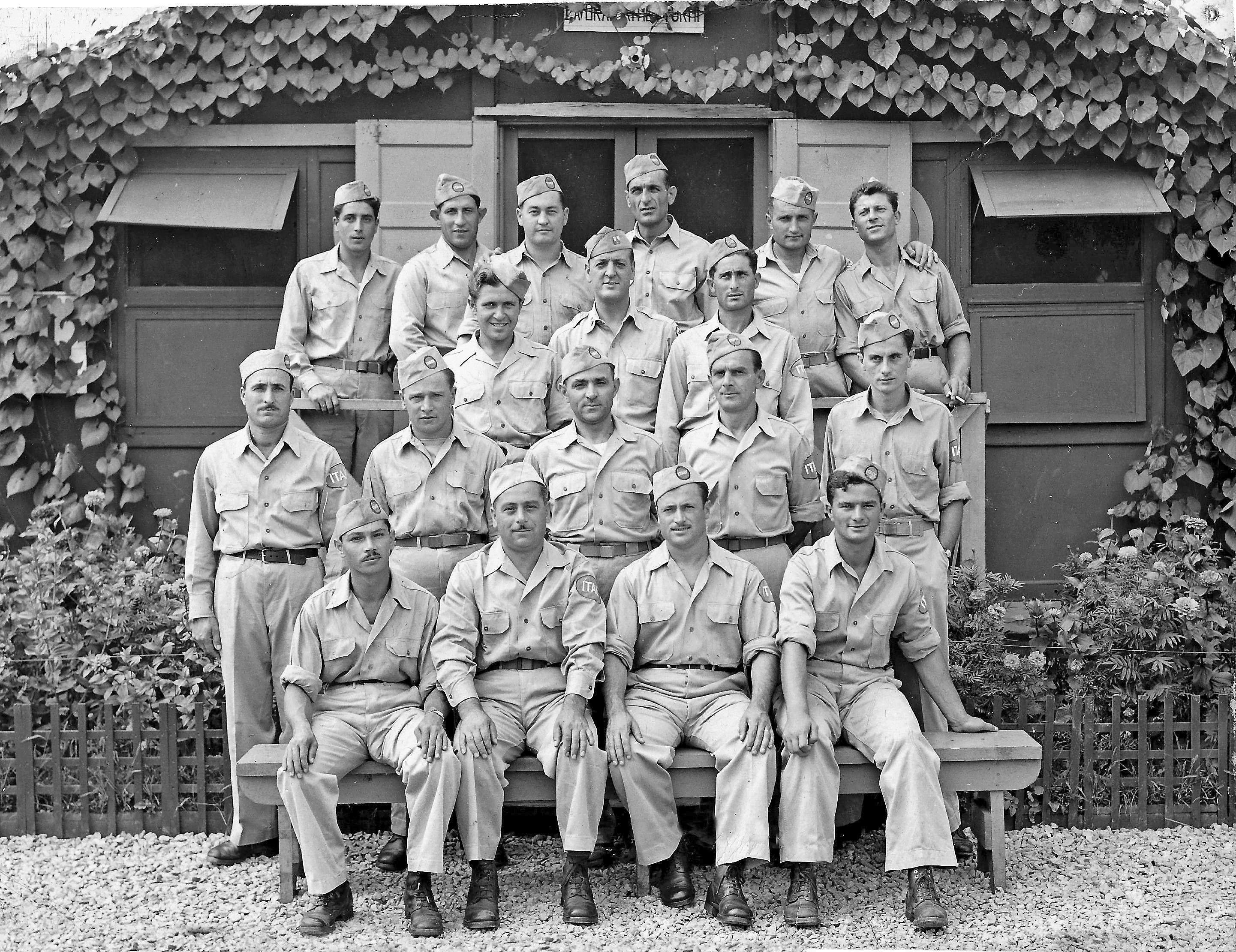 Alcuni prigionieri dell'82ma compagnia e un ufficiale americano al centro in terza fila, a Letterkenny