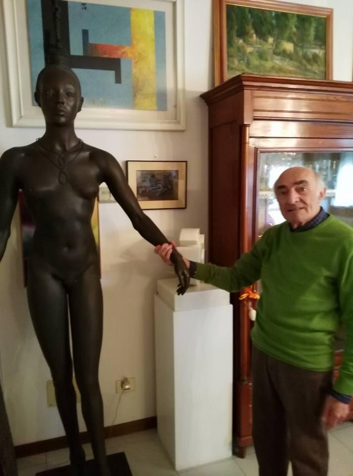 Melotti nella sua casa insieme a una scultura di Attardi